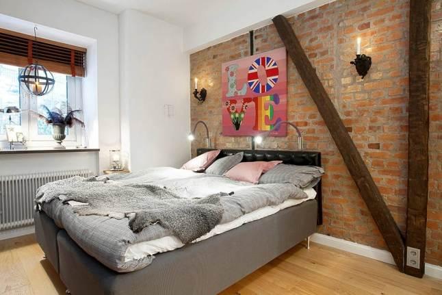 Ceglana ściana w sypialni i białe płytki ceglane w kuchni