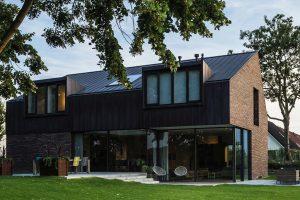 Piękny ceglany dom z miedzianym dachem