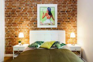 Ściana z cegły w sypialni i kolory ziemi