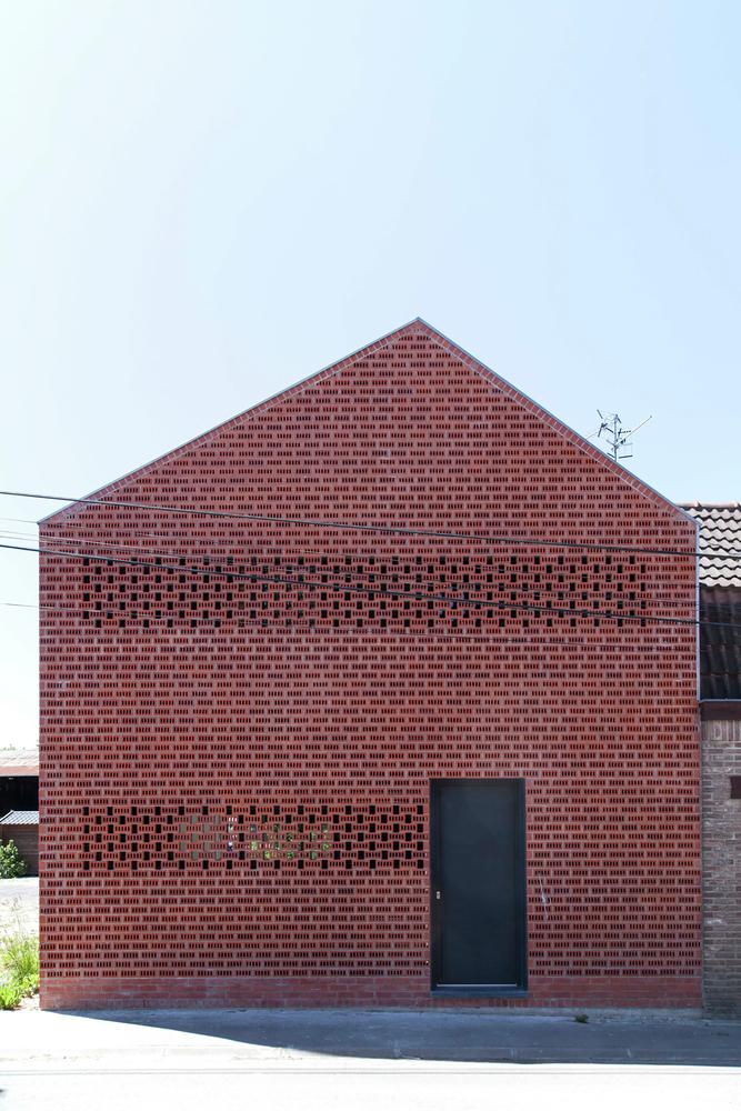 ceglana elewacja budynku na wsi