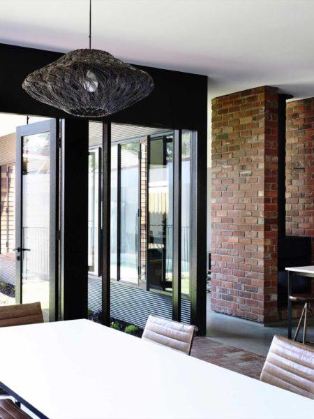 Ceglane ściany i podłogi rezydencji na przedmieściach Melbourne