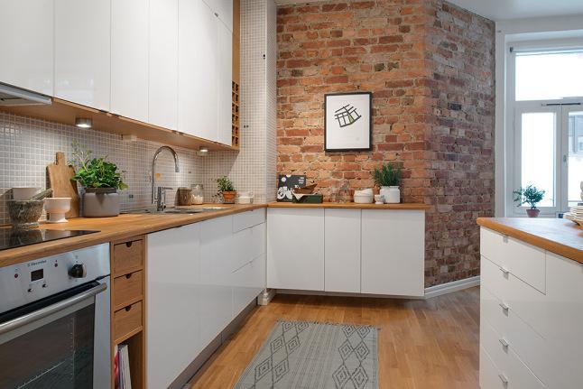 W jasnej kuchni… ceglana ściana